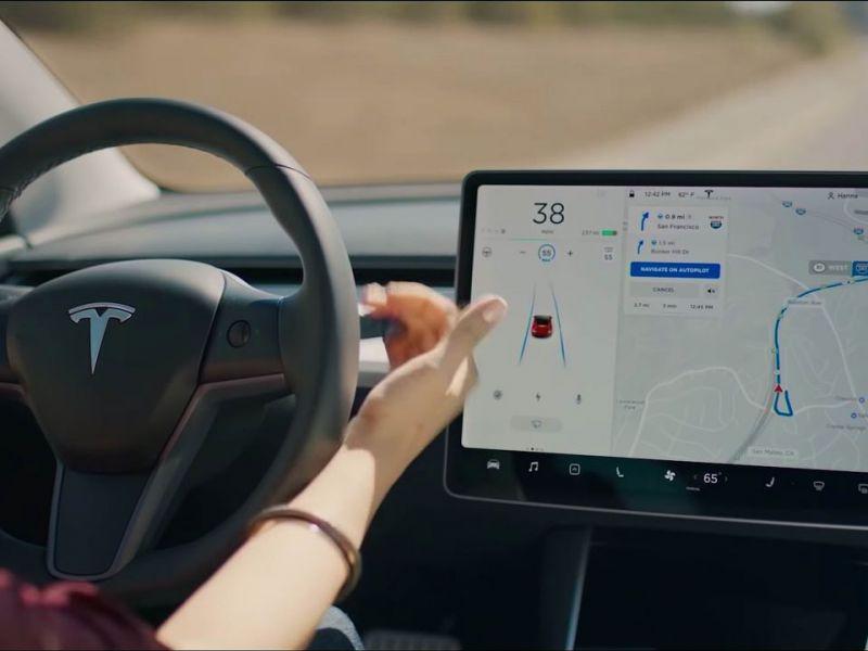 Addio connessione 4G gratis sulle Tesla: il servizio diventa a pagamento