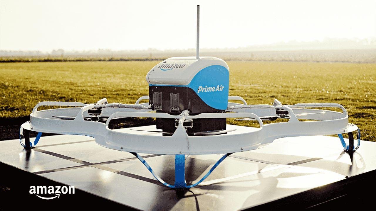Amazon da oggi può usare una flotta di droni per spedire pacchi negli USA