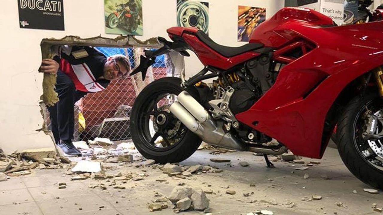 Aprono un buco nella parete della concessionaria e rubano Ducati da 40.000€