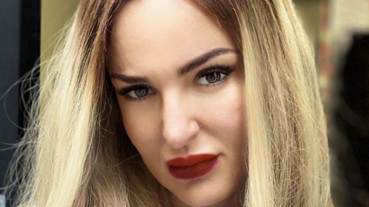Arisa cambia nuovamente look: su Instagram i capelli lunghi biondi