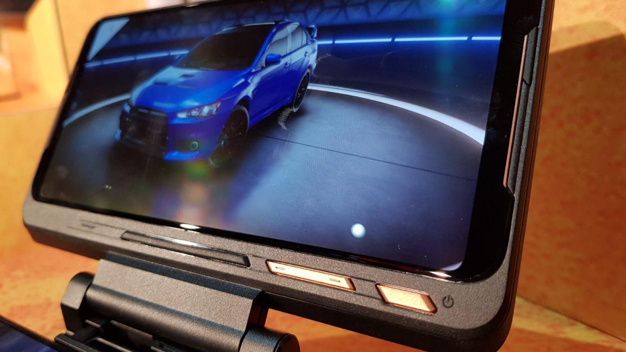 ASUS ROG Phone 2: l'unboxing di tutti gli accessori su YouTube