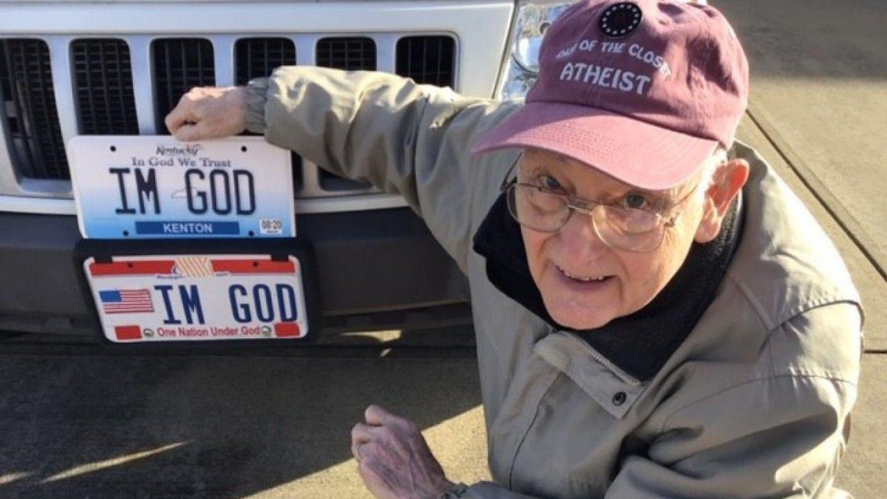 Ateo riesce a farsi dare la targa 'I'M GOD' dopo una dura battaglia legale