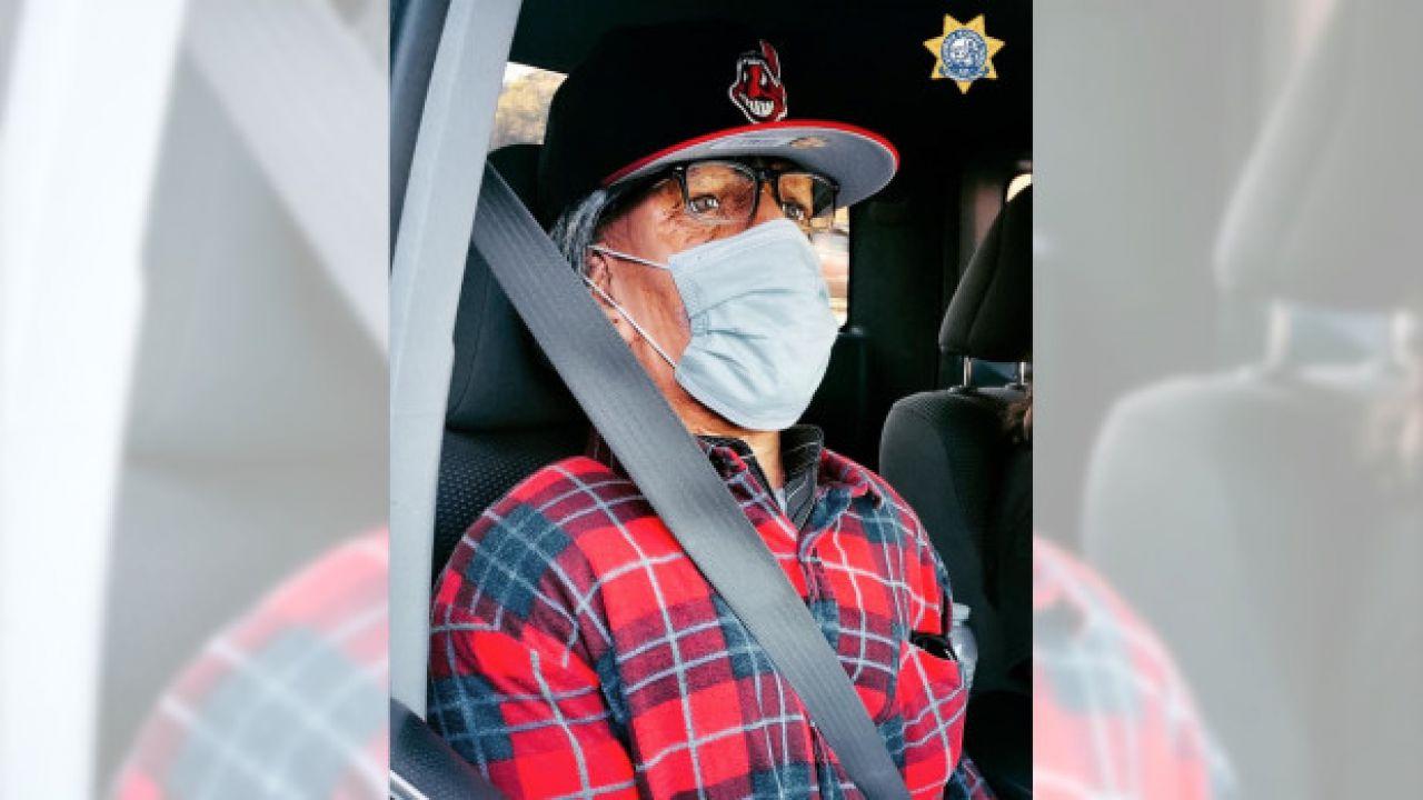 Automobilista sfida la polizia entrando in corsia riservata: a bordo c'era un manichino