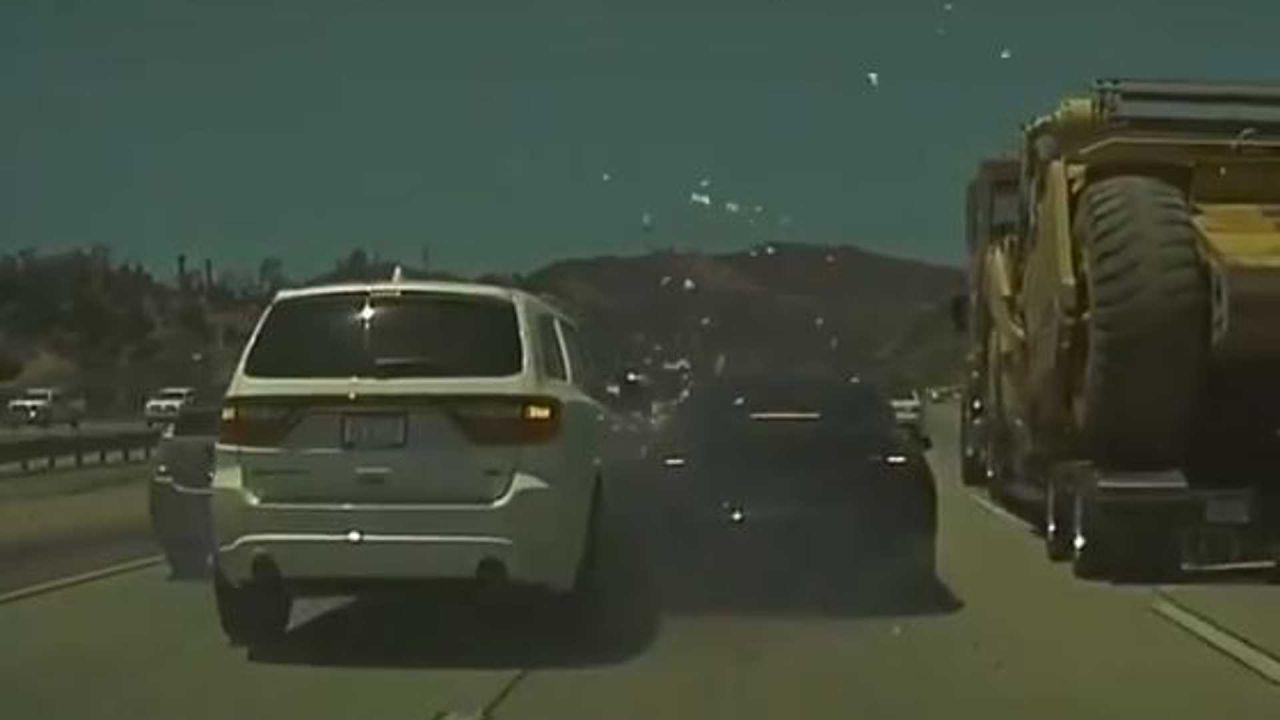 Autopilot di una Tesla scansa un tir e causa un incidente multiplo: di chi è la colpa?