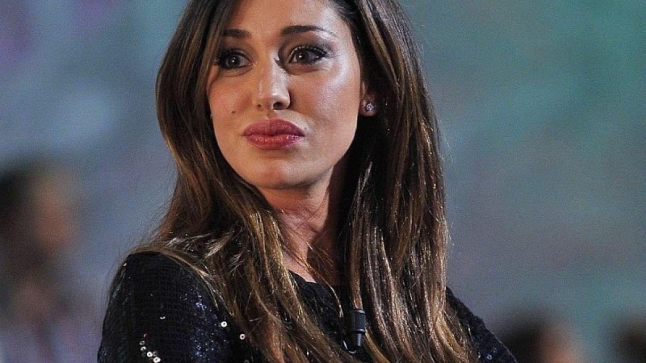 Belen Rodriguez risponde seccata ad una follower: 'Senza Stefano mi brillano gli occhi'