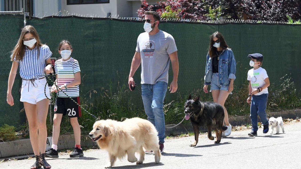Ben Affleck e Ana de Armas fanno sul serio: lui le presente i suoi figli. Le foto