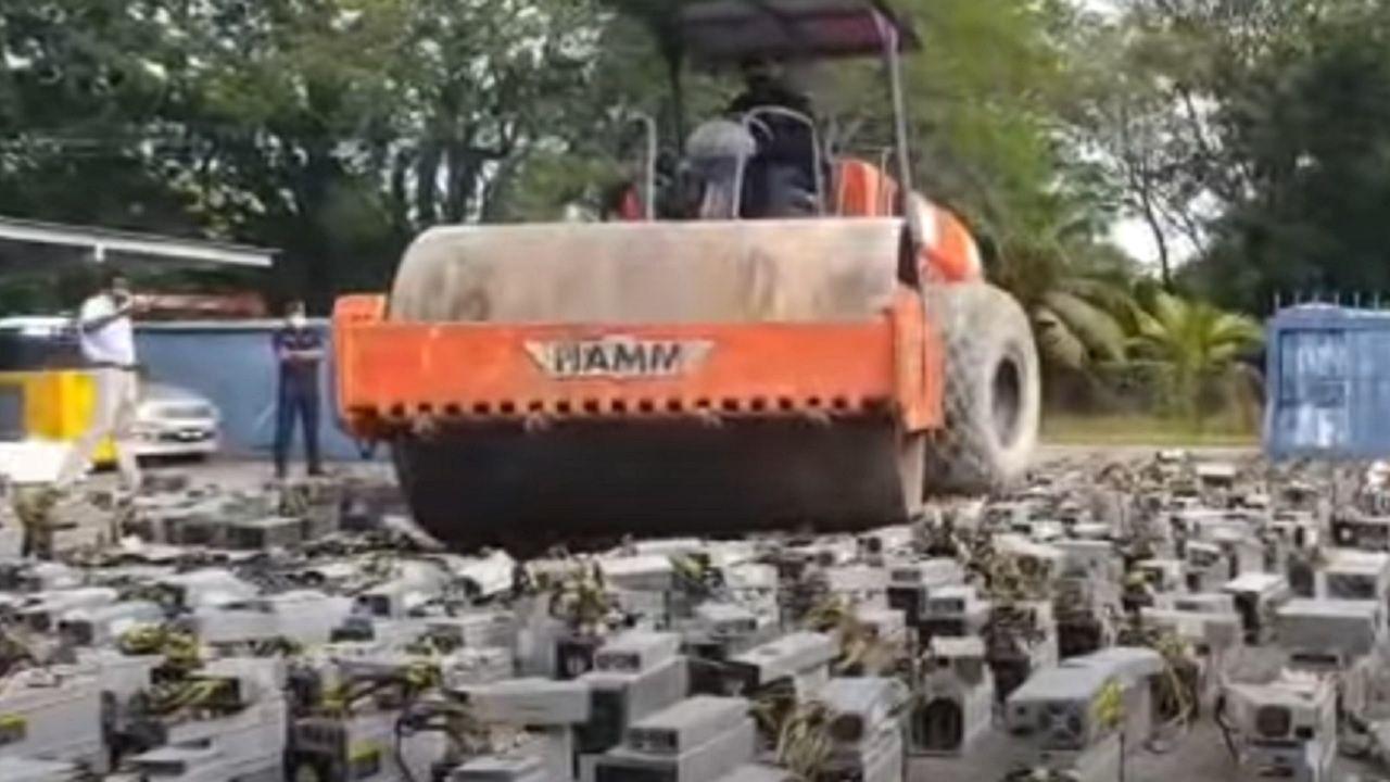 In Malesia, per combattere il mining illegale, si usa una schiacciasassi