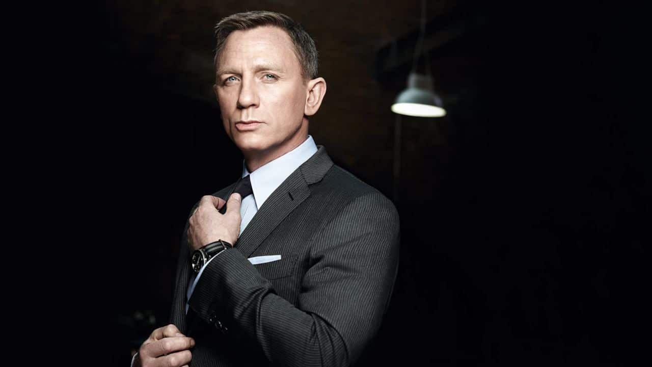 Bond 25: Daniel Craig torna sul set e guida un'Aston Martin