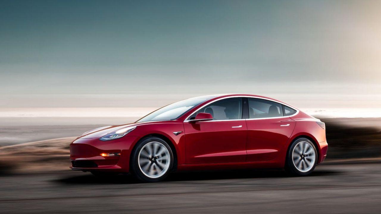 Boom per le auto elettriche in Italia, domina la Tesla Model 3