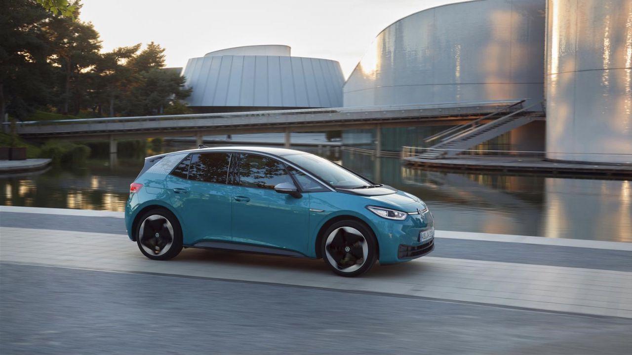 Boom senza precedenti per le auto elettriche: in Europa volano