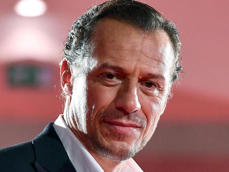 Buon compleanno Stefano Accorsi: il divo italiano compie 50 anni, ecco i film da rivedere
