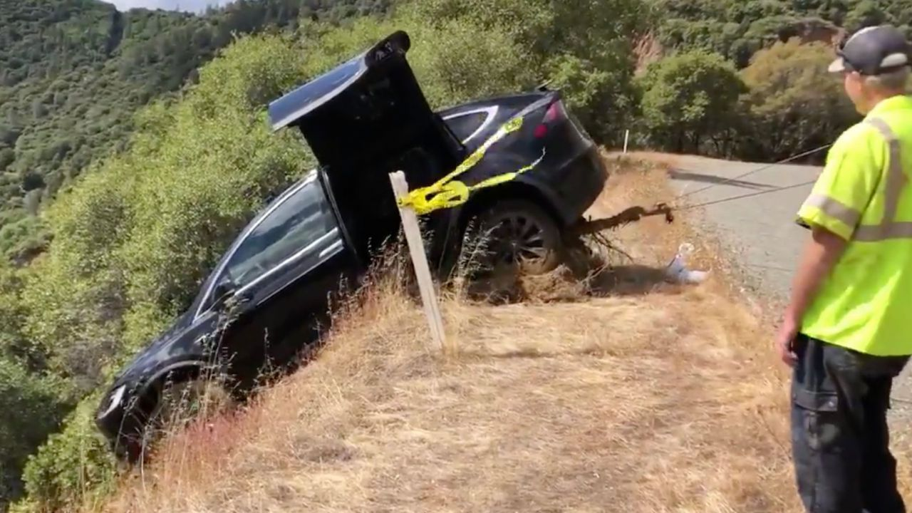 Cade giù da una scarpata e si salva: 'La Tesla Model X mi ha salvato la vita'