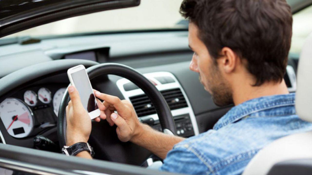 Cambia il Codice della Strada: in arrivo la stangata per chi usa lo smartphone alla guida