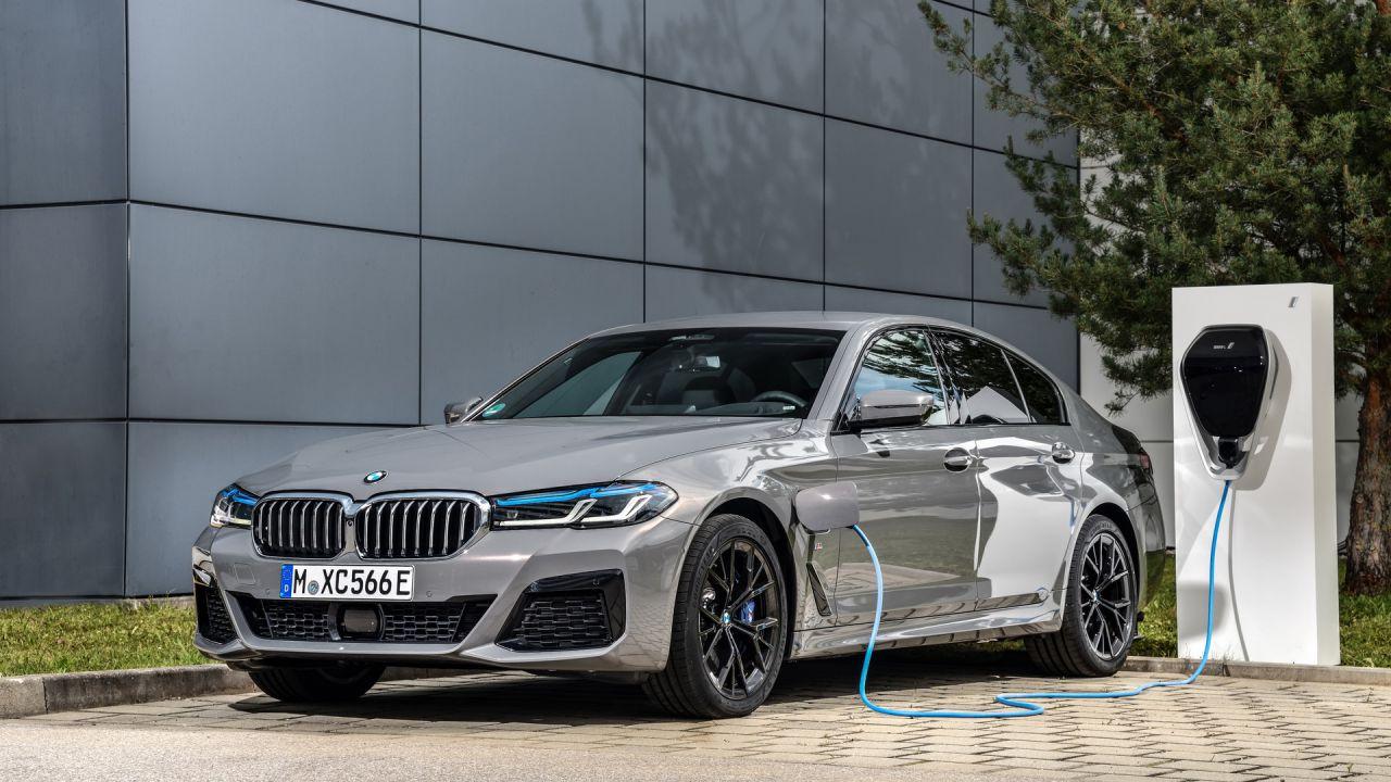 Caricare al massimo una BMW può portare a un incendio, questi i modelli interessati