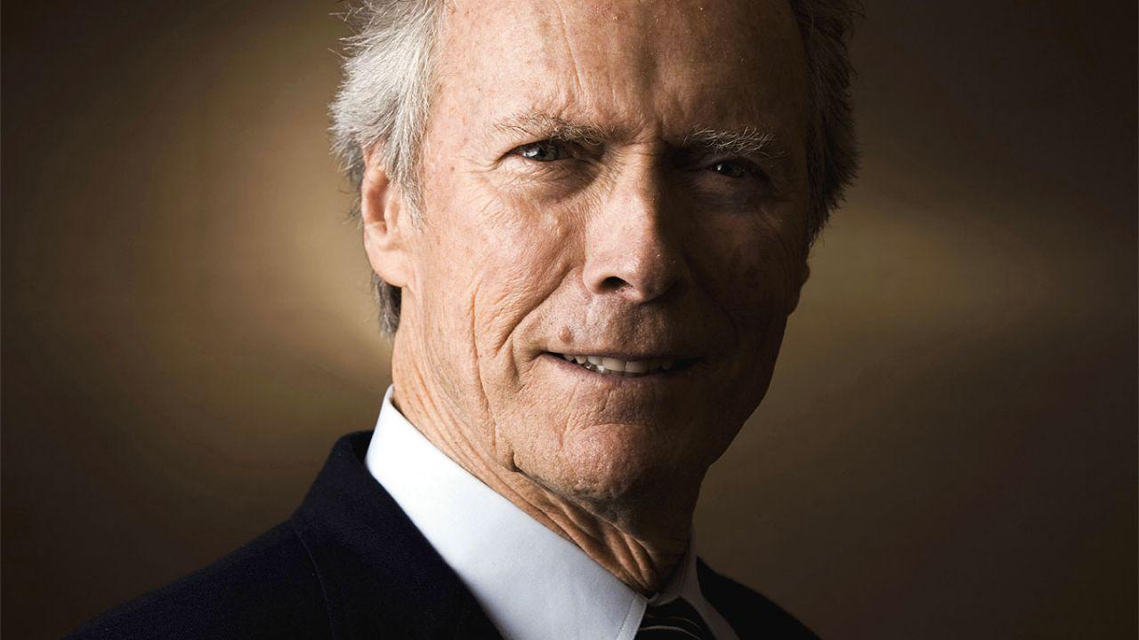 Clint Eastwood: la famiglia lo festeggia con una torta, la sua reazione diventa virale