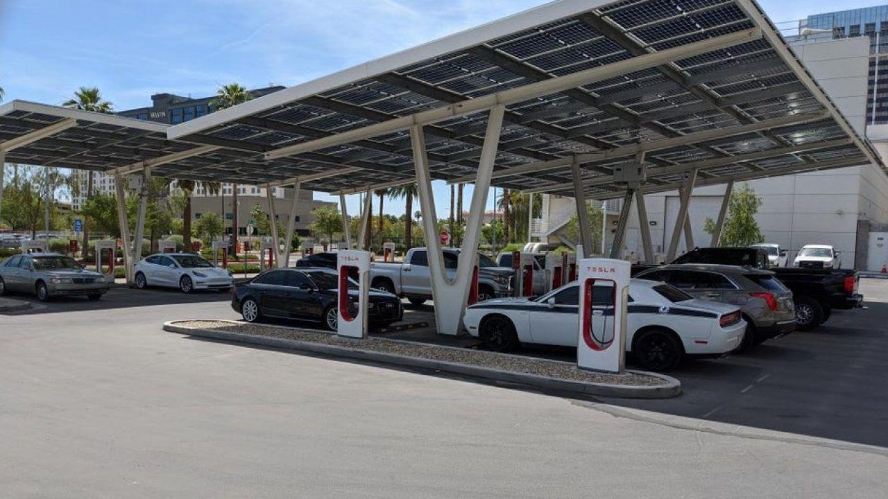 Colonnine Tesla assaltate da auto tradizionali: le multe potrebbero essere salatissime