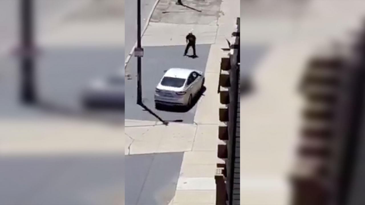 Colpisce un'auto in corsa con una pietra, il conducente lo investe