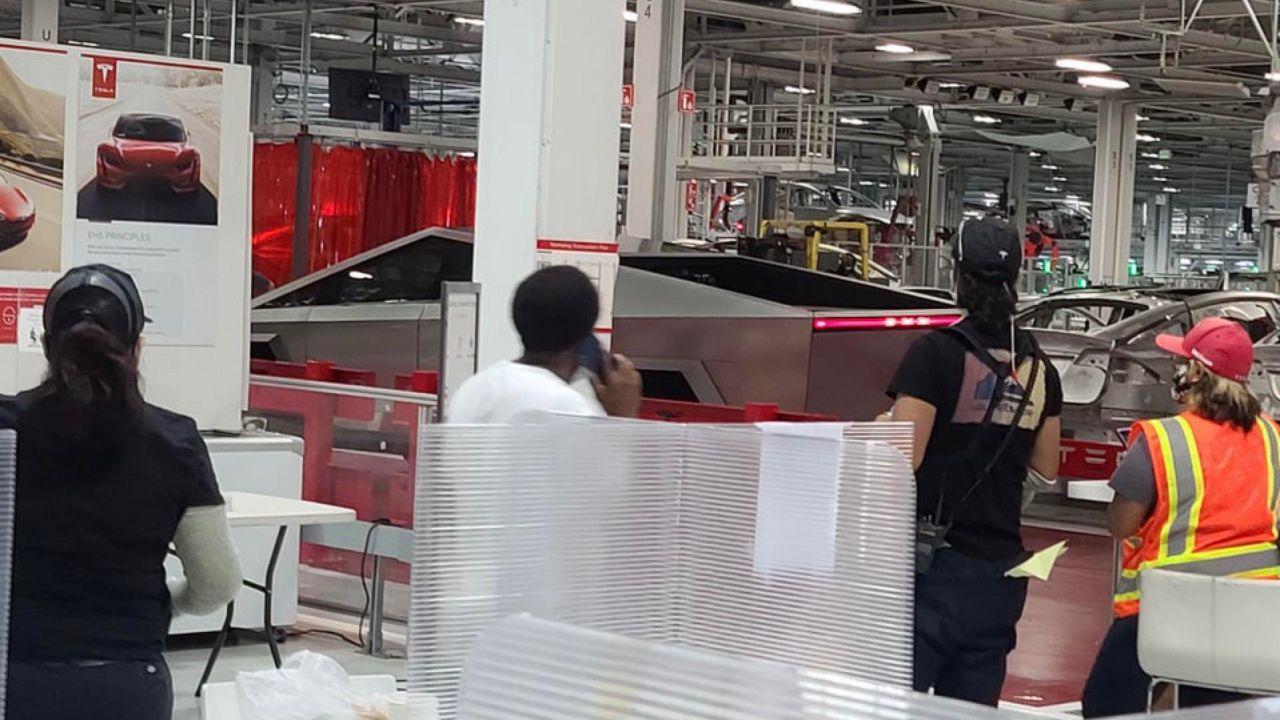 Cosa ci fa un Tesla Cybertruck nella Gigafactory 1? La foto