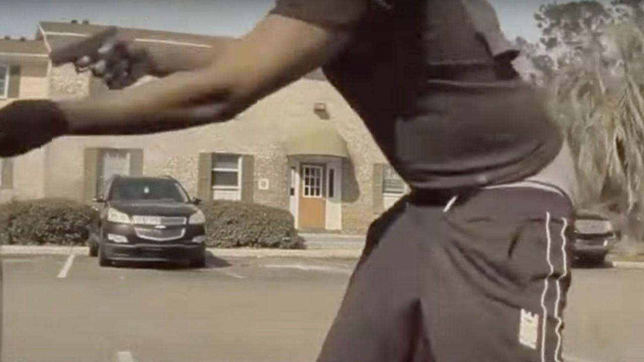 Criminale armato spara verso una Tesla: il video è da brividi