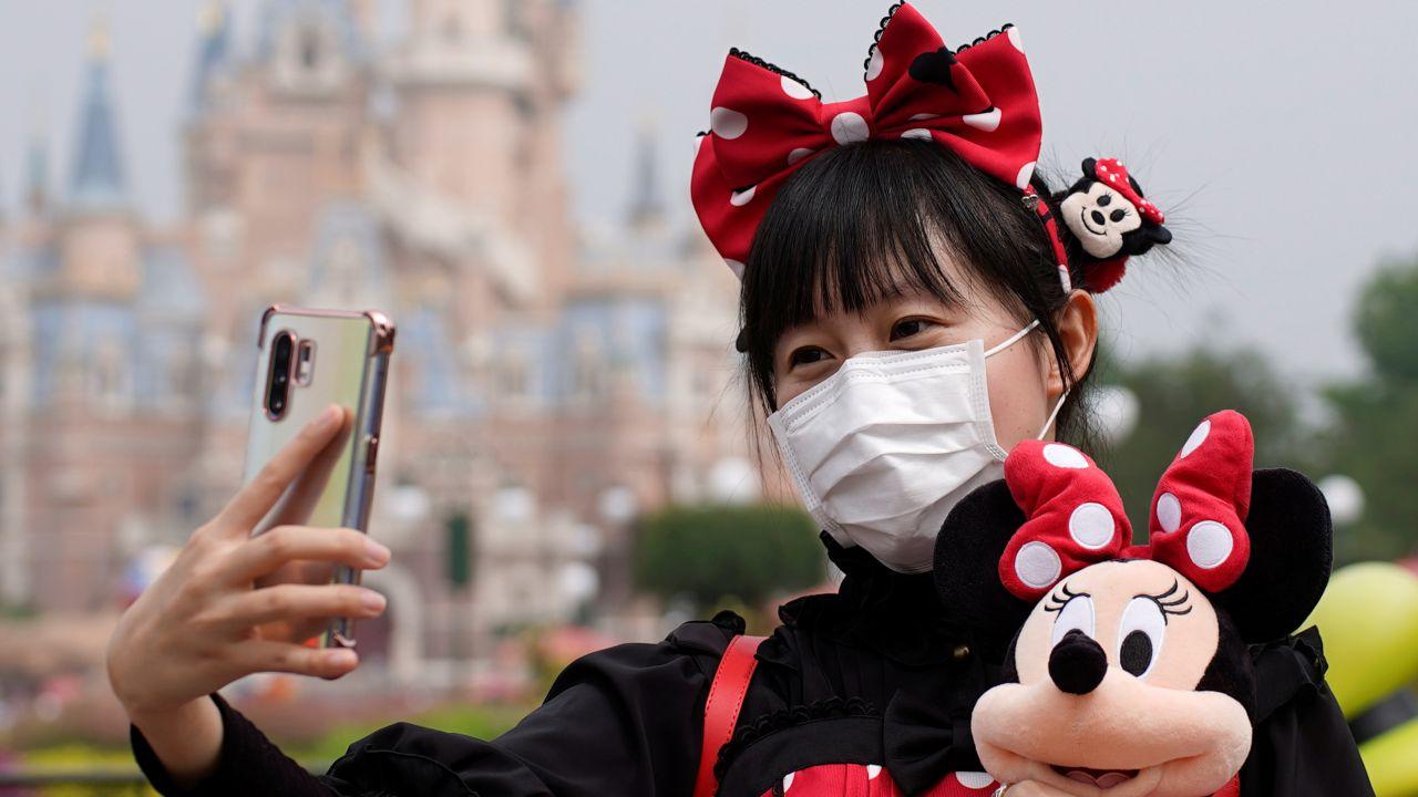 Disney sta aggiungendo digitalmente le mascherine sui volti dei visitatori di Disneyland?