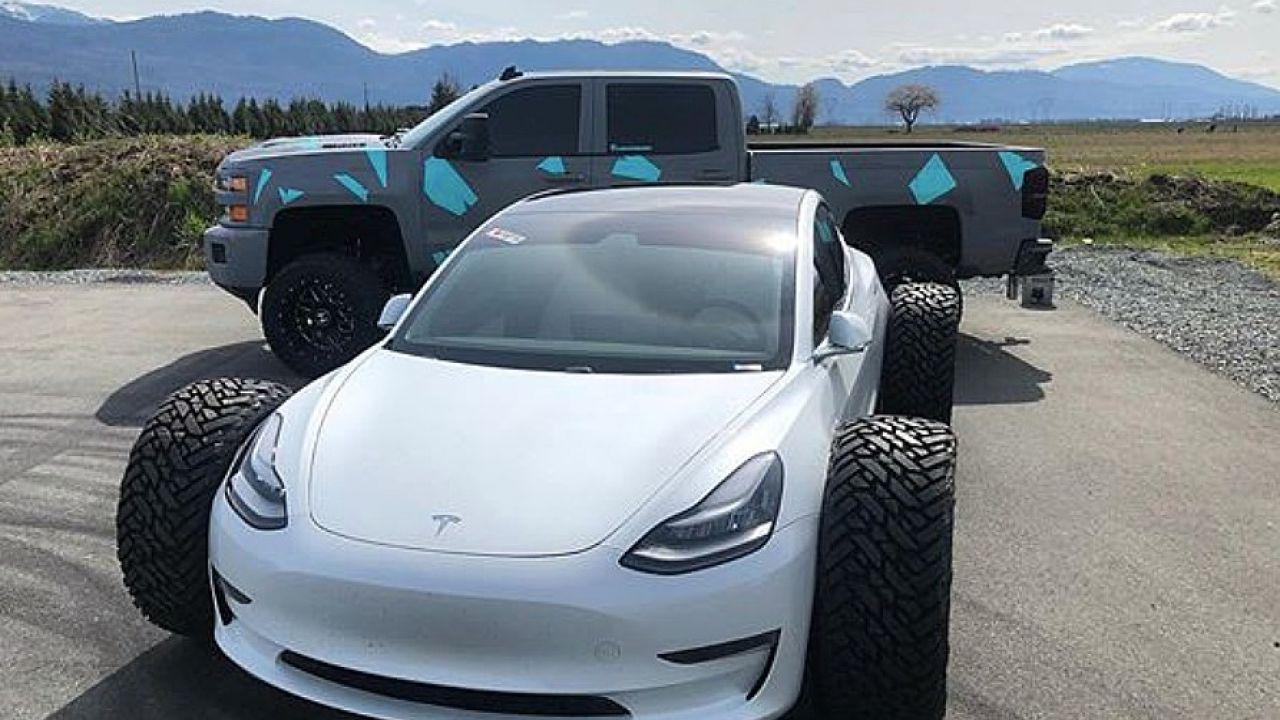 Distrugge una Model 3 e Tesla gli nega la garanzia, ma lui prova a romperne un'altra