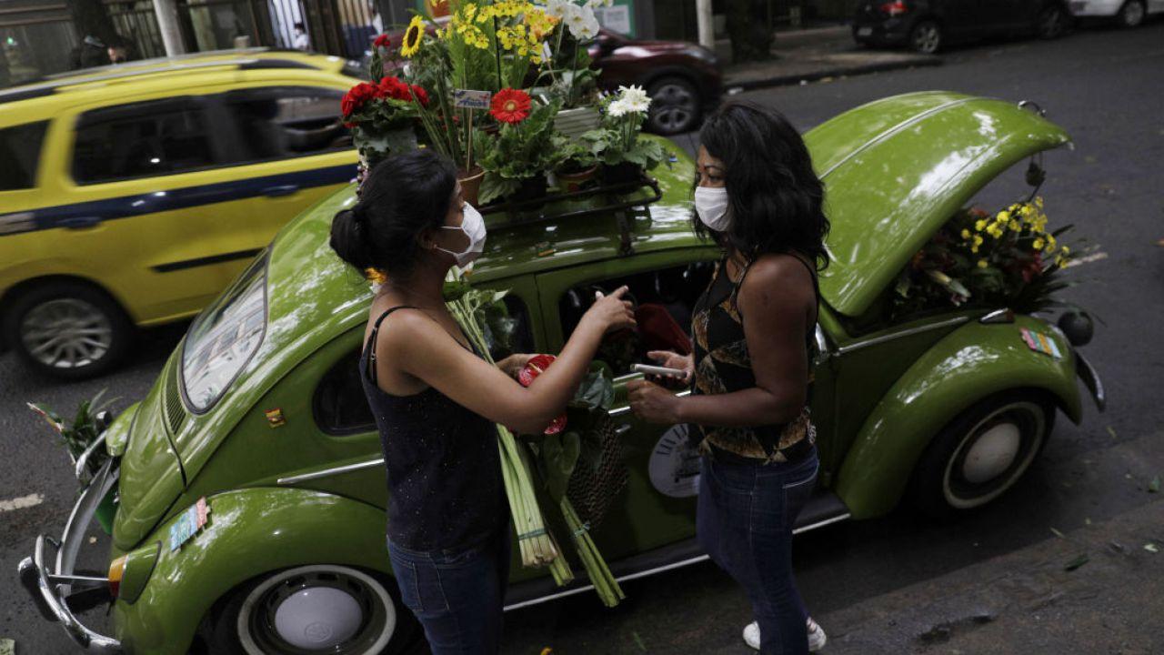 Donna vende fiori con la sua VW Beetle e sopravvive al COVID-19