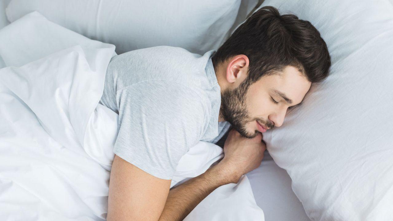 Dormire troppo o troppo poco fa male al cervello, bastano sette ore a notte