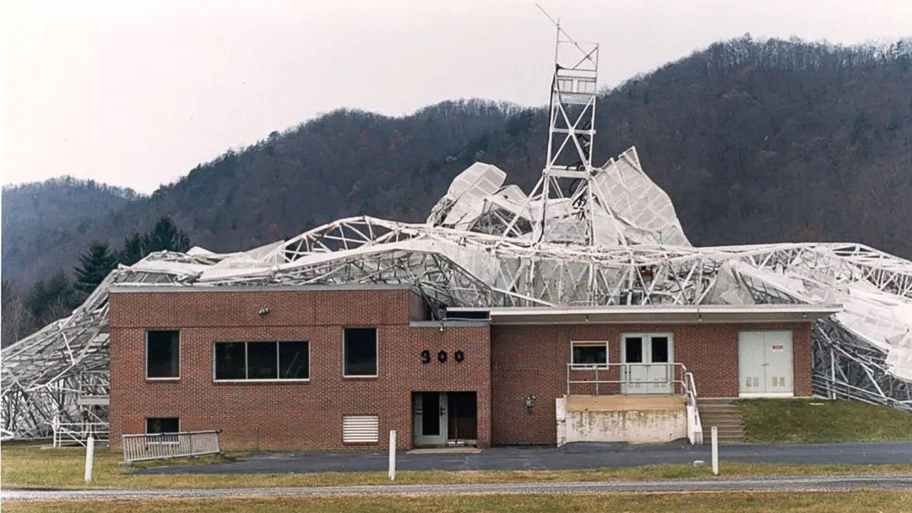 È mai crollato per davvero un radiotelescopio? La vicenda dell'Osservatorio Green Bank