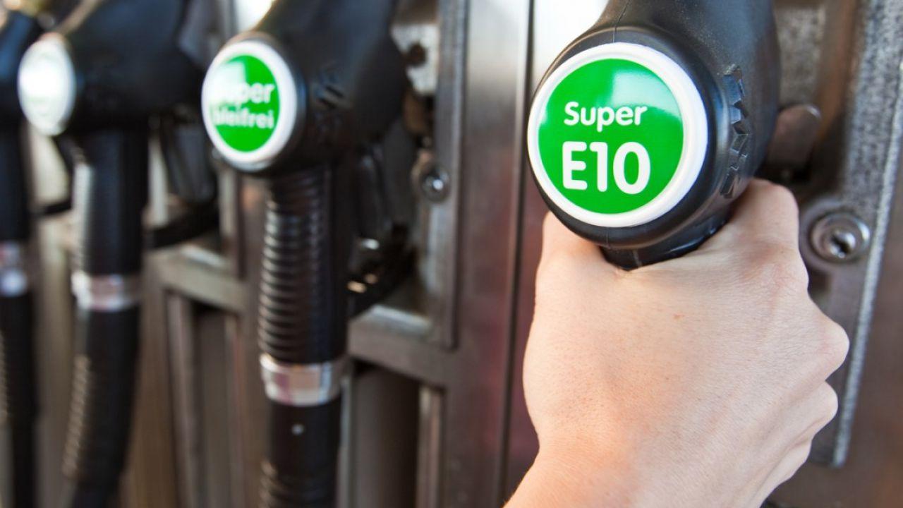 E se l'Europa mettesse al bando la benzina E5? Le auto sarebbero pronte per la E10?