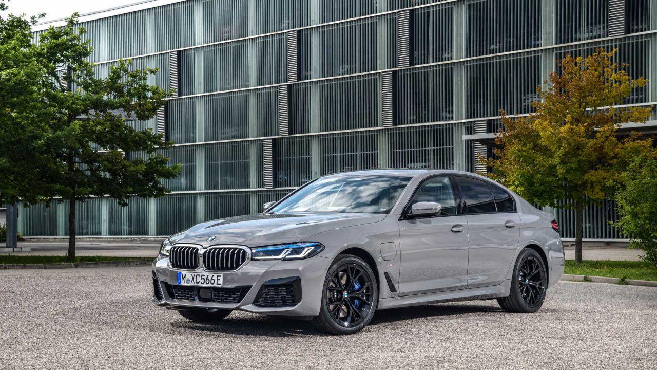 Ecco la BMW 545e xDrive: tutti i dettagli sull'ibrida da 400 cavalli