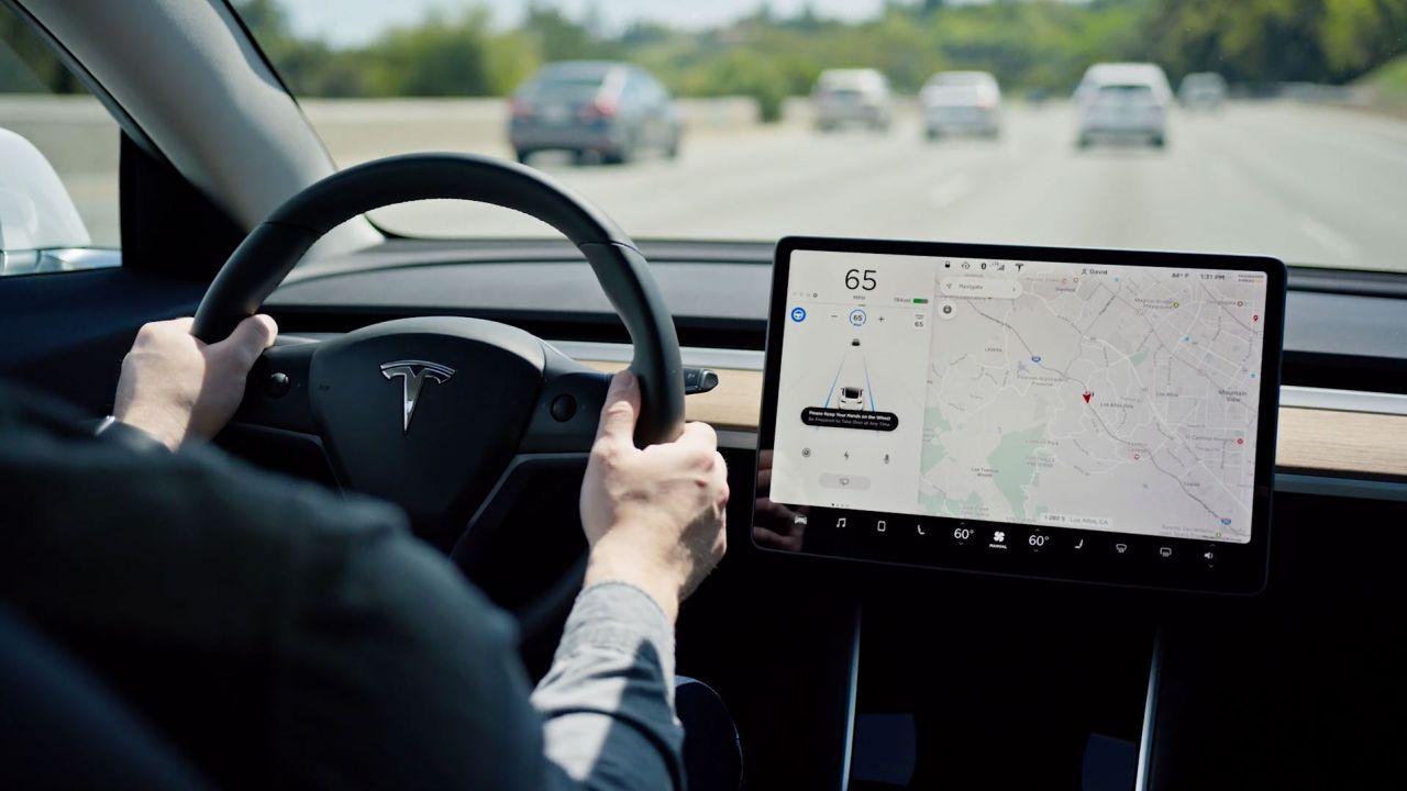 Elon Musk alza il prezzo del Full Self Driving di Tesla con la versione V10
