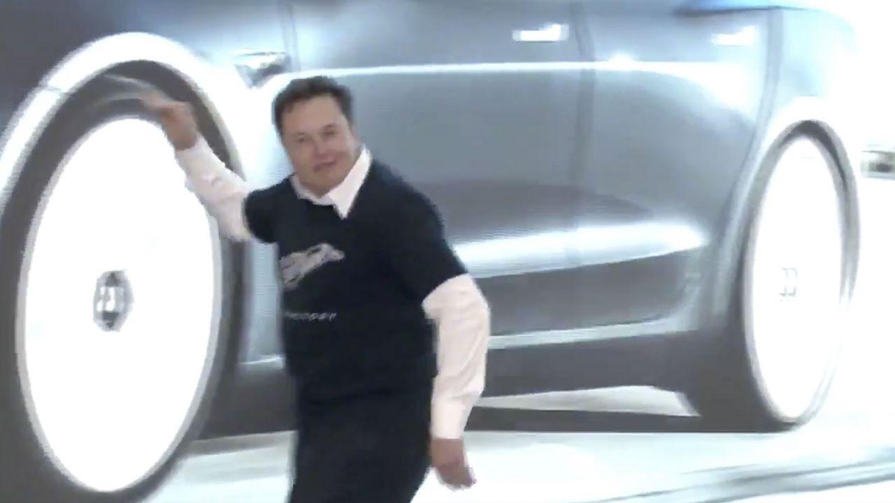 Elon Musk balla durante la consegna delle prime Tesla Model 3 cinesi: il video è virale