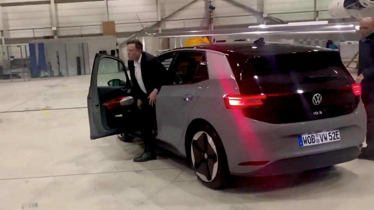 Elon Musk a bordo della nuova Volkswagen ID.3 in Germania: il video fa il giro del mondo