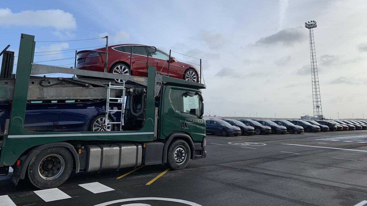 Elon Musk in Europa per il debutto della Tesla Model 3, fra applausi e ritardi