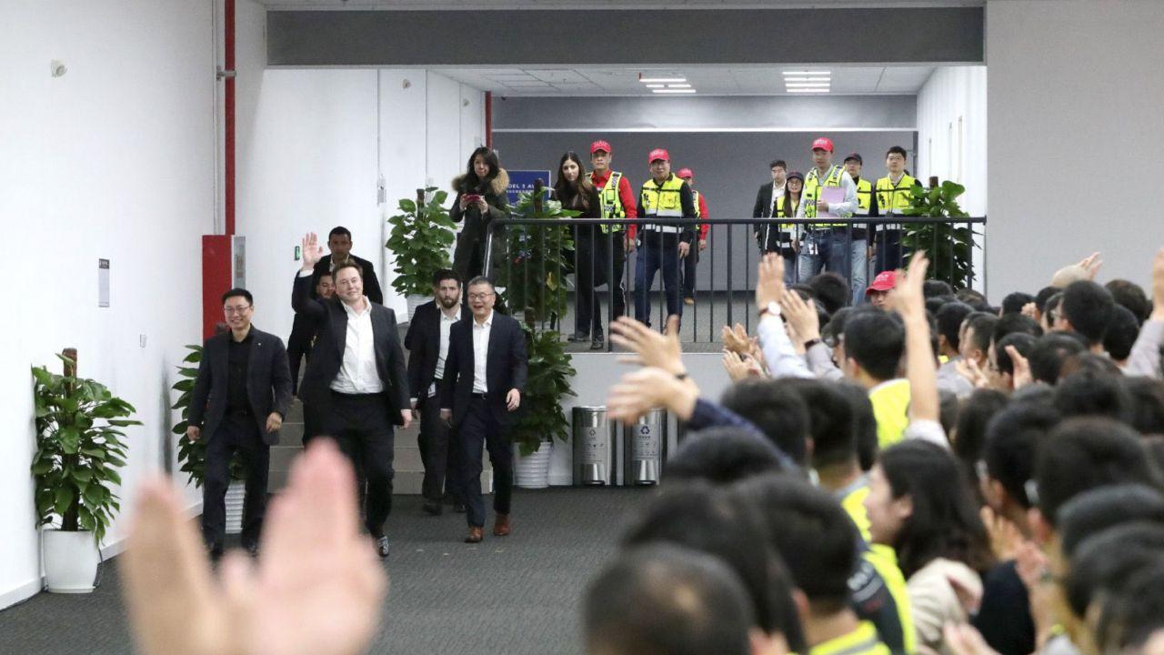 Elon Musk alla Gigafactory 3 per la consegna della prima Model 3 cinese al pubblico