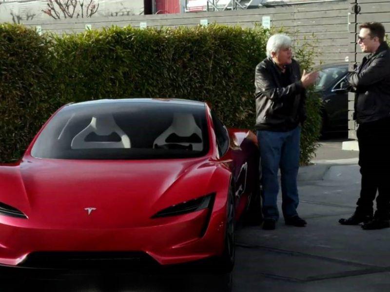 Elon Musk ci mostra l'incredibile Tesla Roadster e parla dei suoi propulsori SpaceX