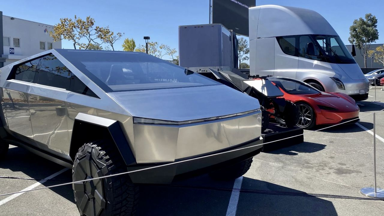 Elon Musk porta al Tesla Battery Day Cybertruck, Roadster, Semi e il quad: le foto