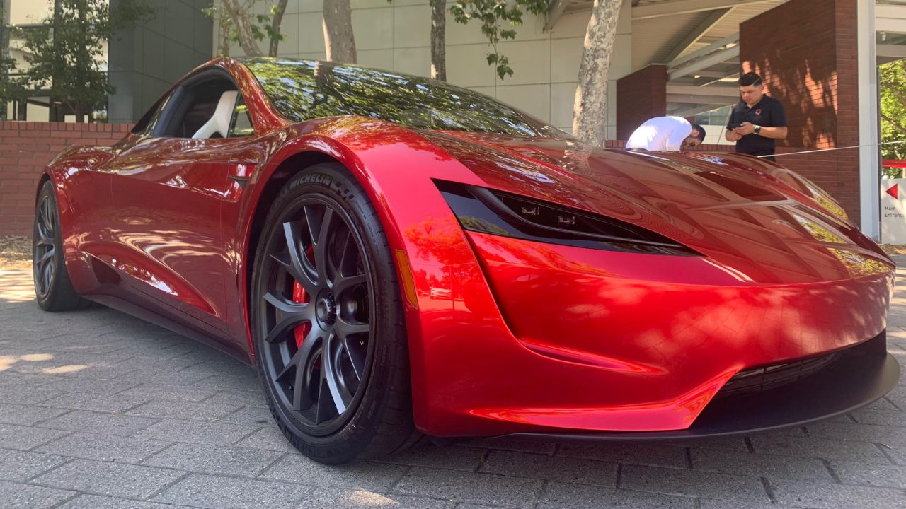 Elon Musk porta una Tesla Roadster e una Tesla Model Y al meeting degli azionisti, le foto