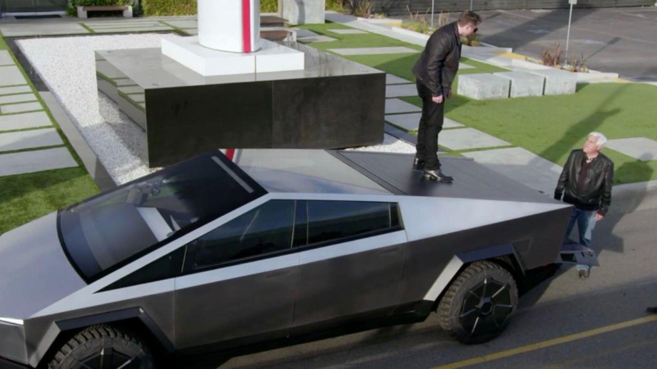 Elon Musk salterà sopra un Cybertruck nel prossimo episodio di Jay Leno's Garage