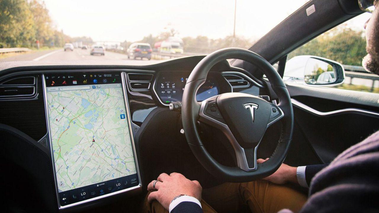 Elon Musk: 'Un giorno la guida autonoma delle Tesla varrà 100.000$'