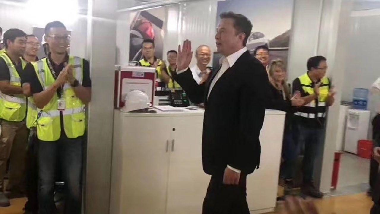 Elon Musk in visita alla Gigafactory 3 di Shanghai: produzione quasi al via