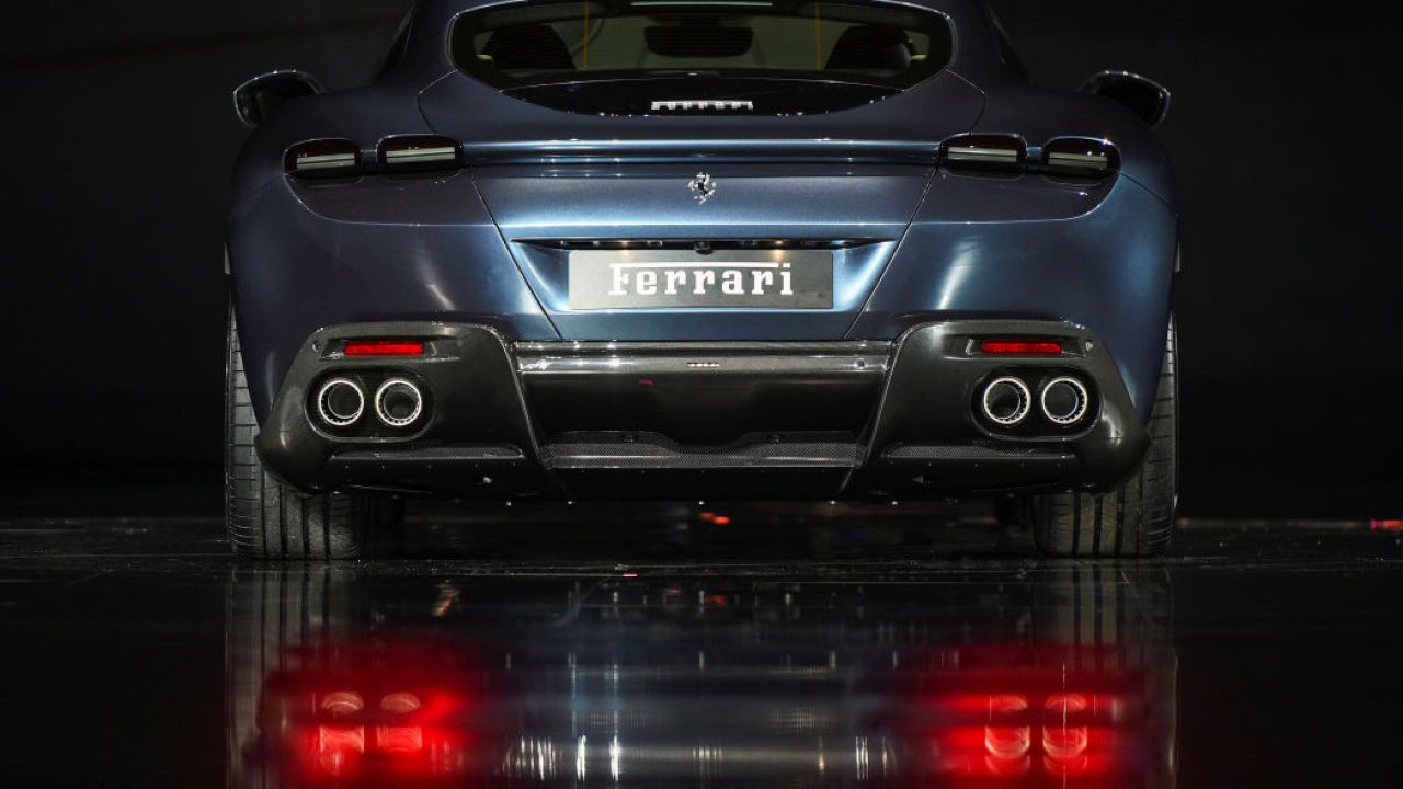 Ferrari fa marcia indietro, stop completo alla produzione