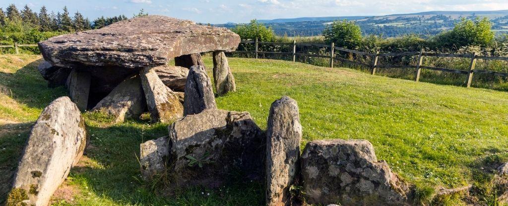 """Finalmente sappiamo la storia della famosa """"Pietra di Artù"""", un monumento di 6.000 anni"""