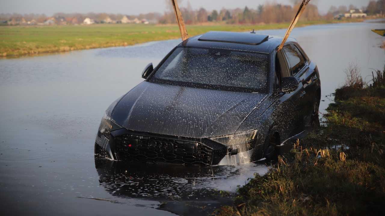 Finisce nel fiume con una Audi Q8 RS da 250.000 euro: le immagini
