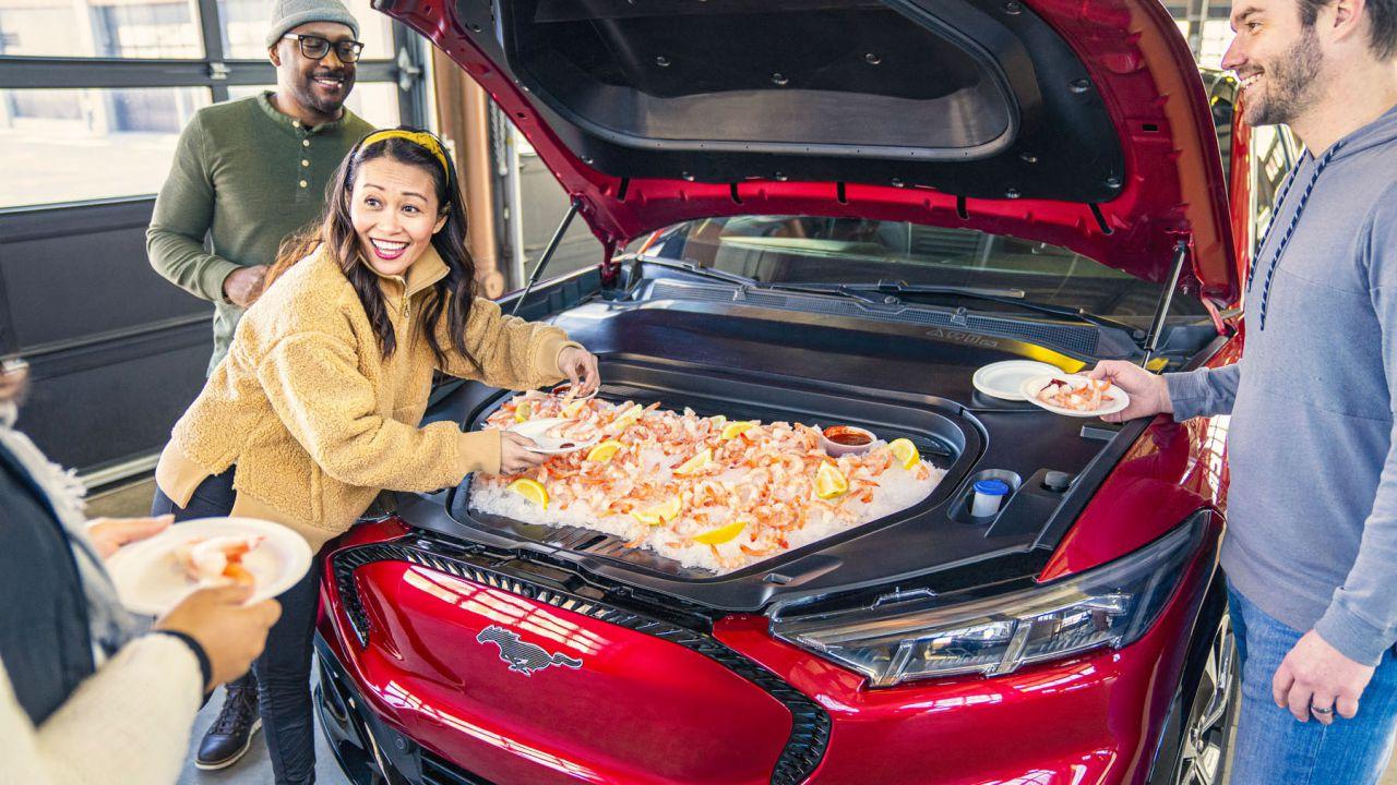 Ford riempie il baule anteriore del SUV Mustang Mach-E di gamberi e hot wings