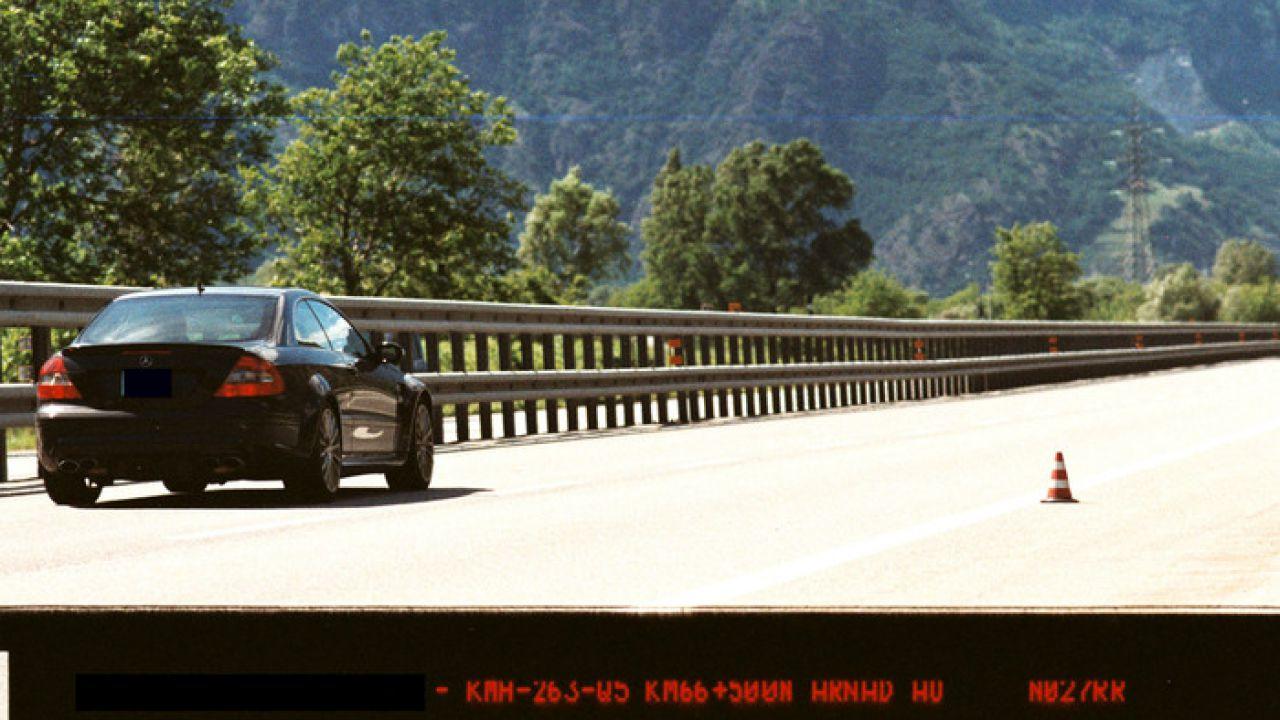 Fotografato dalla Polizia a 240 km/h sulla A5: mega multa in arrivo