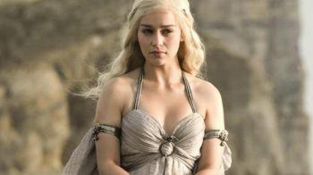 Game of Thrones: Emilia Clarke canta MMMBOp in Dothraki