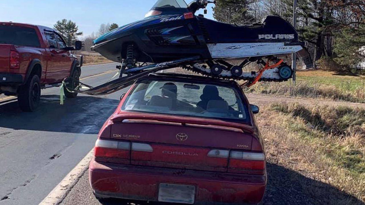 Gira per il Wisconsin con una motoslitta sul tettuccio, la polizia è allibita