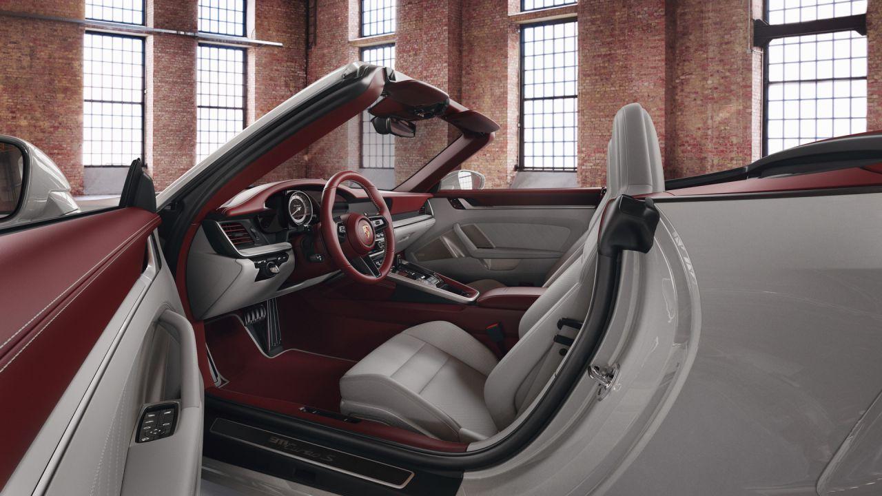 Gli interni di questa nuova Porsche 911 sono una gioia per gli occhi