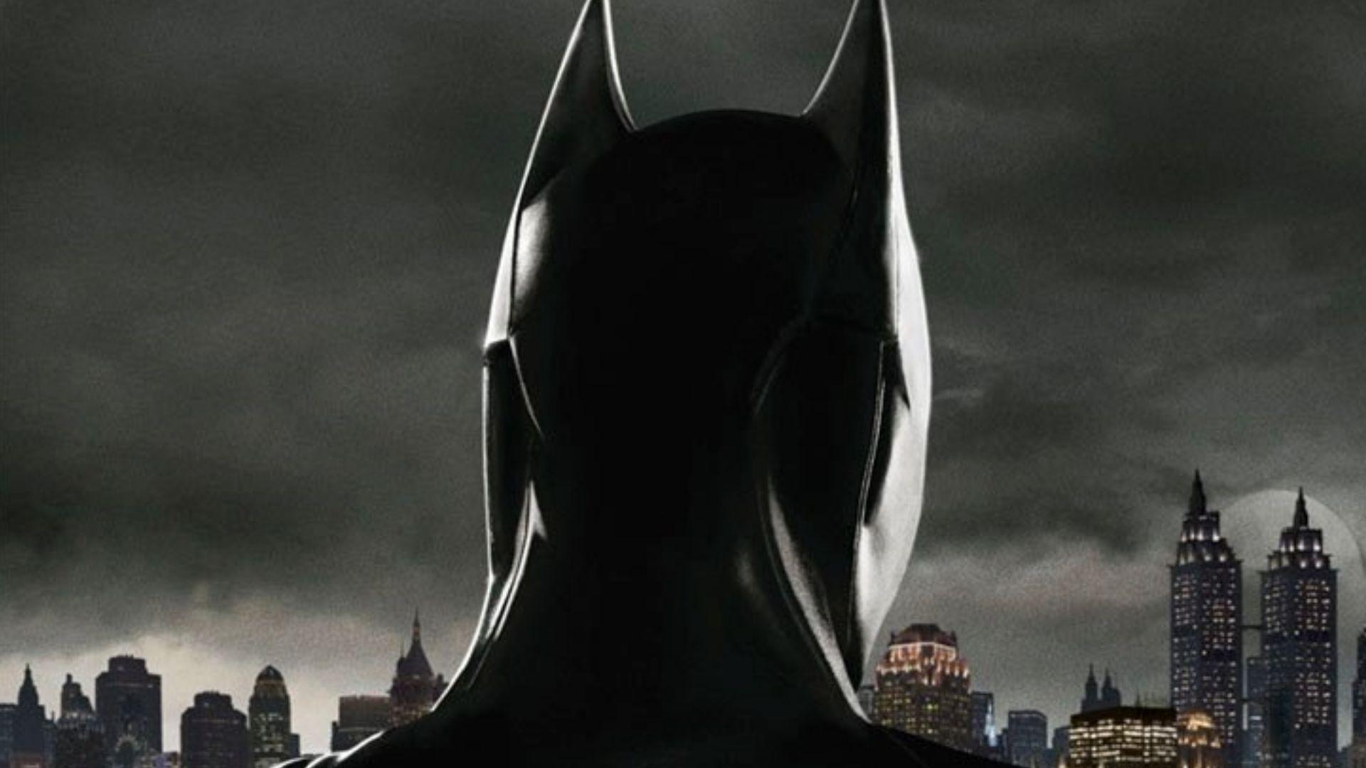 Gotham batman vigila sulla citt nel poster ufficiale for Citta della spezia ultime notizie cronaca